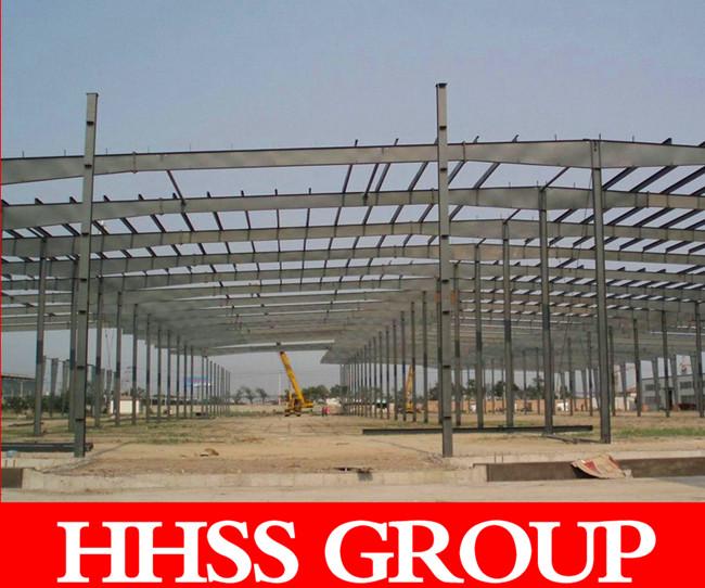 一、网架钢结构建筑有何隐患   1、网架钢结构的火灾隐患   钢材的耐温性较差,其许多轻型钢结构厂房性能随温度升降而变化,当温度达到430-540之间时,钢材的屈服点、抗拉强度和弹性模量将急剧下降,失去承载能力。用耐火材料对钢结构进行必要的维护,是钢结构研究的一个重要课原地垂直塌落,形成扁饼效应。这起震惊世界的事故,其直接原因是火灾。当然,排除这类事件的发生,还涉及方方面面,在这种情况下。喷涂防火涂料或洒水灭火系统均显得无能为力。   2、网架钢结构的失稳隐患   整体失稳和局部失稳。整体失稳大多数