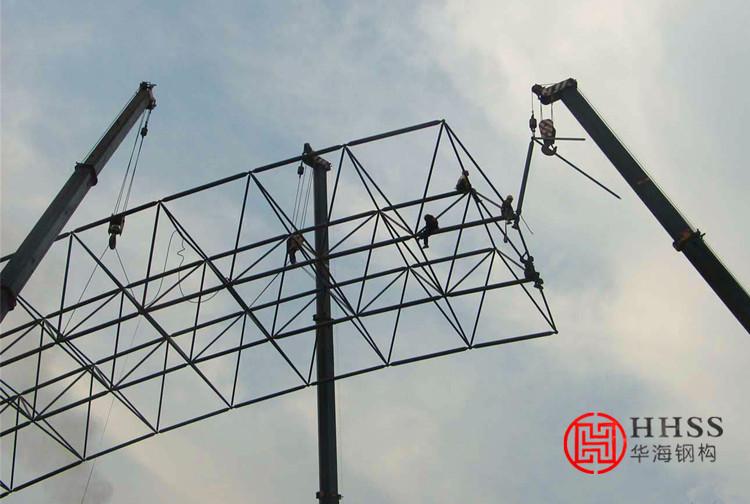 整体安装法就是先将网架在地面上拼装成整体,然后用起重设备将其整体提升到设计位置上加以固定。这种施工方法不需高大的拼装支架,高空作业少,易保证焊接质量,但需要的起重量大的起重设备,技术较复杂。因此,此法对球节点的钢网架(尤其是三向网架等杆件较多的网架)较适宜。根据所用设备的不同,整体安装法又分为多机抬吊法、拔杆提升法、千斤顶提升法及千斤顶顶升法等。  1、多机抬吊法 此法是用于高度和重量都不大的中、小型网架结构。安装前先在地面上对网架进行错位拼装作业(即拼装位置与安装轴线错开一定距离,以避开柱子的位置)。然